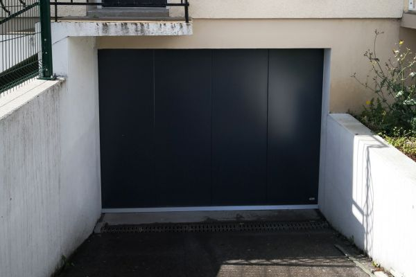 installation-pose-portes-garage-noir-anthracite-menuiserie-marionneau-vallet-44-15FD99F09E-2A82-CDCD-01BD-2D8CBD1D6EEA.jpg