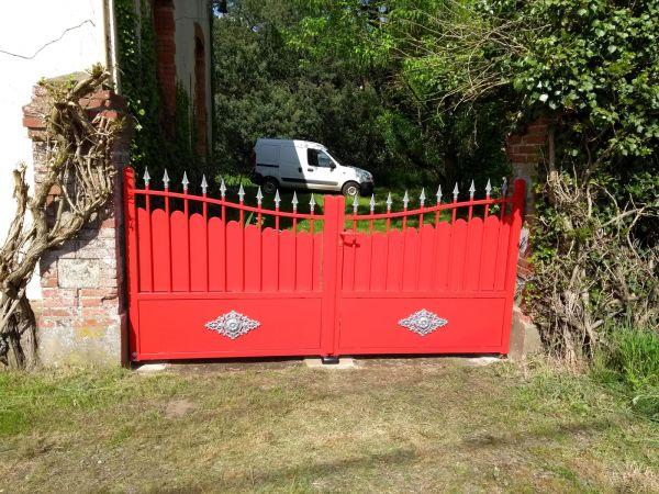 installation-pose-portail-metal-rouge-cloture-menuiserie-marionneau-vallet-44-5F2623B13-81AD-E9E8-B161-ACC5241EF57A.jpg